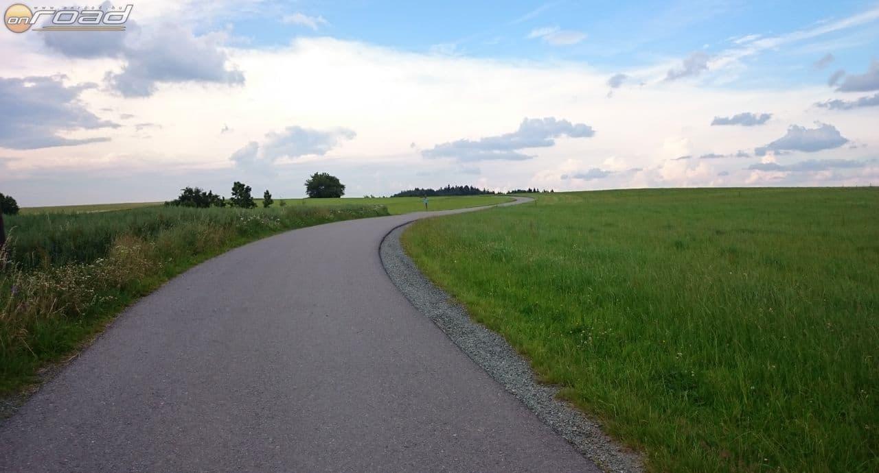 Tipikus út: egy sávnyi széles, semmi forgalom és versenypálya-szintű aszfalt