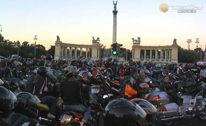 2006, Hősök tere és Dózsa György út: az Rrace Mono hívására 12'000 motor demonstrált!