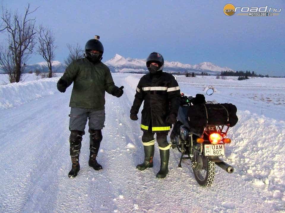 Favágó bakancs, pöcegödör ásó gumicsizma és tűzoltókabát - így is lehet túrázni