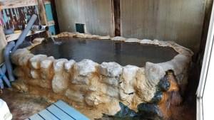 手作りの浴槽は源泉かけ流しの温泉が溢れ、温泉成分が湯の華となってコーティングされています。