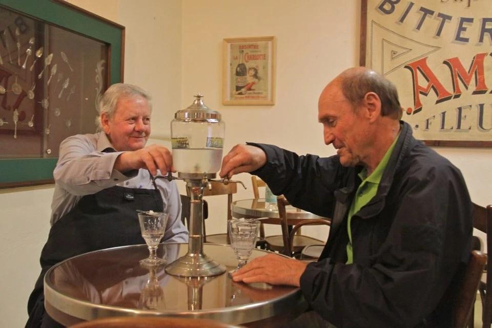 hommes buveurs d'absinthe