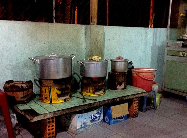 La cuisine d'un restaurant pour manger une spécialité vietnamienne : Le Pho (sorte de soupe mijotée, délicieuse!)