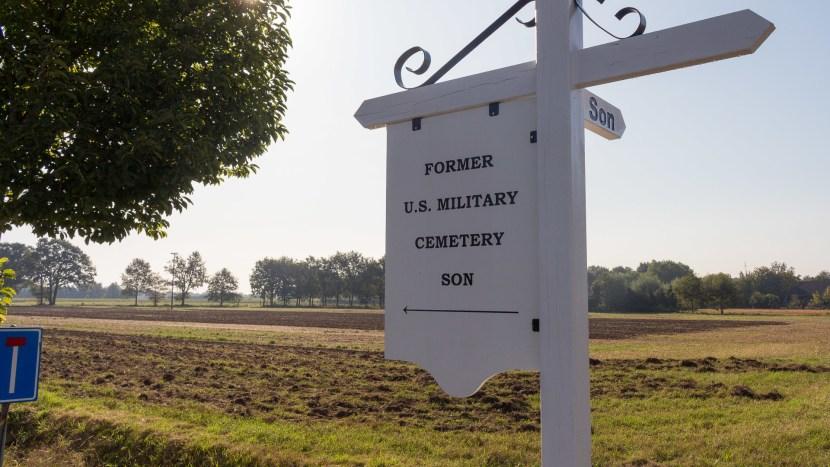 De wegwijzer richting de oude begraafplaats bij Waterhoef