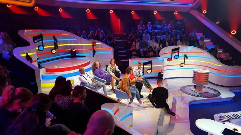 Het decor van Thank You For The Music met de deelnemers aan het programma