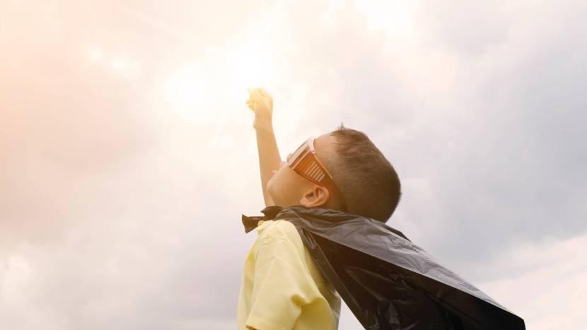 Kind verkleed als superheld