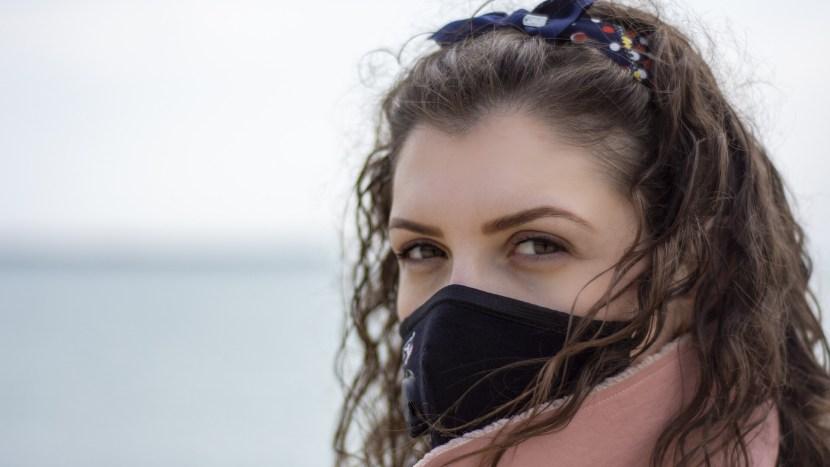 Vrouw met mondkapje