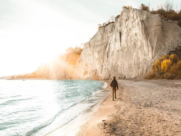 Beach and cliffs at Scarborough Bluffs