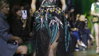 أزياء مستوحاة من غابات الأمازون يعرضها المصمم ايلي صعب في مجموعته لربيع 2018