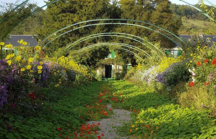 Avenida principal de los jardines de Claue Monet en Giverny. Foto © Fondation Claude Monet – Giverny