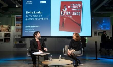 """Elvira Lindo: """"Los hombres no van a perder sus hormonas masculinas por leer libros de mujeres"""""""