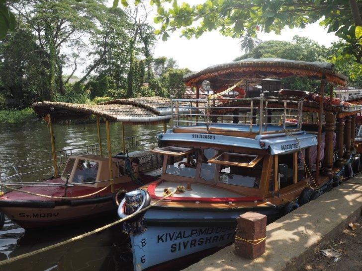 川沿いには無数のハウスボートが停まっている