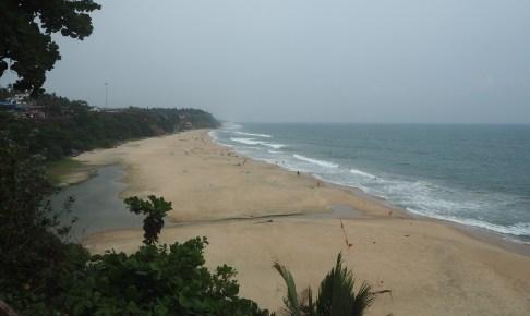 断崖の上からバルカラビーチを望む