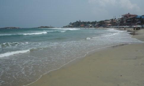弓形のビーチに水色の海が美しい