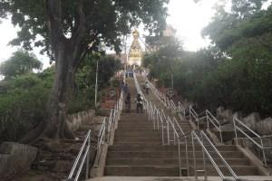 仏塔に向かって石段を登る