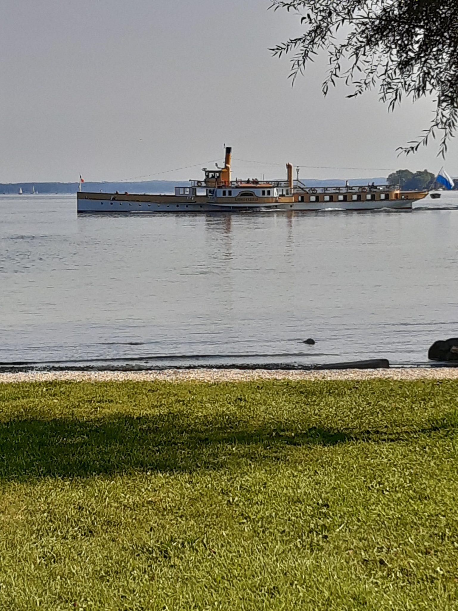Raddampfer auf dem See