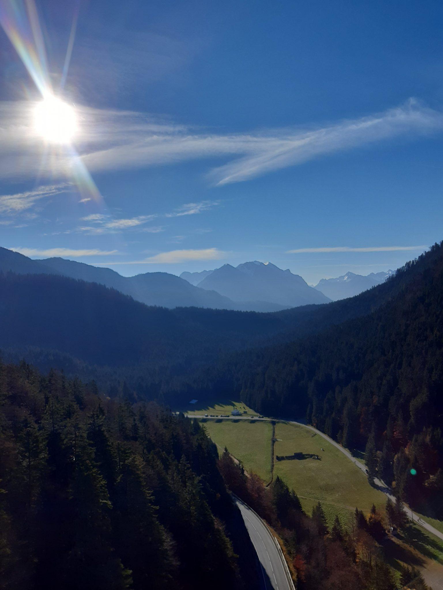 Fußgängerhängebrücke Reutte Aussicht in das Tal und der Bergwelt