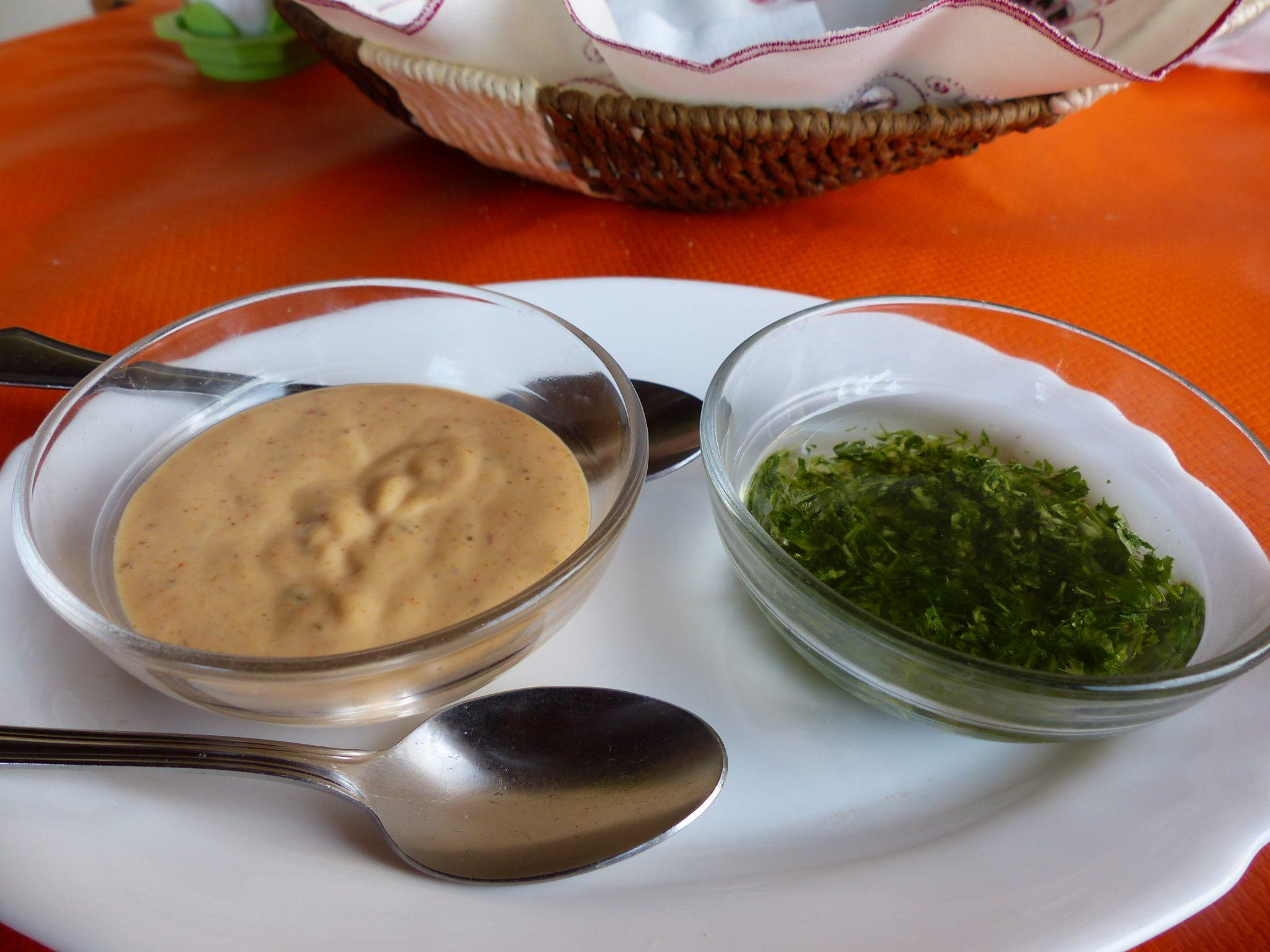 grüne und rote Soße zu den Runzelkartoffen