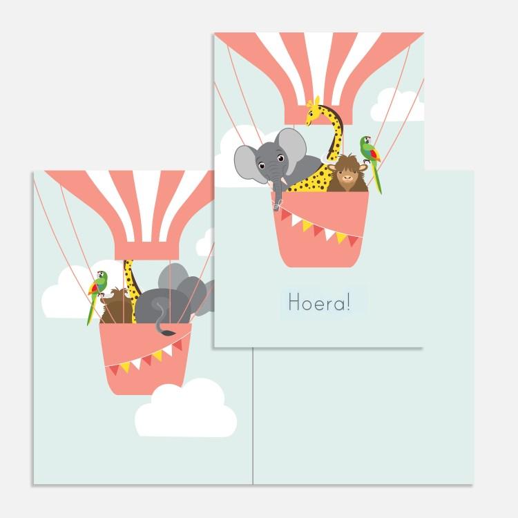 Een vrolijke ballon in de lucht. Een roze kaartje voor een kind. Verjaardagskaartje meisje.