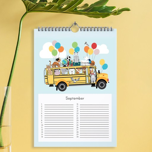 Verjaardagskalender met vrolijke illustraties van alle dierenvriendjes, in de kleuren mint, geel en blauw.