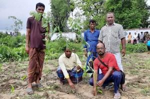 শিবগঞ্জে ৩০ বছর পর জমির দখল পেলেন কৃষক জাহাঙ্গীর আলম