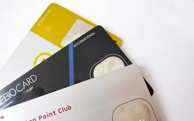 財布の中は、ポイントカードにクレジットカードで満杯