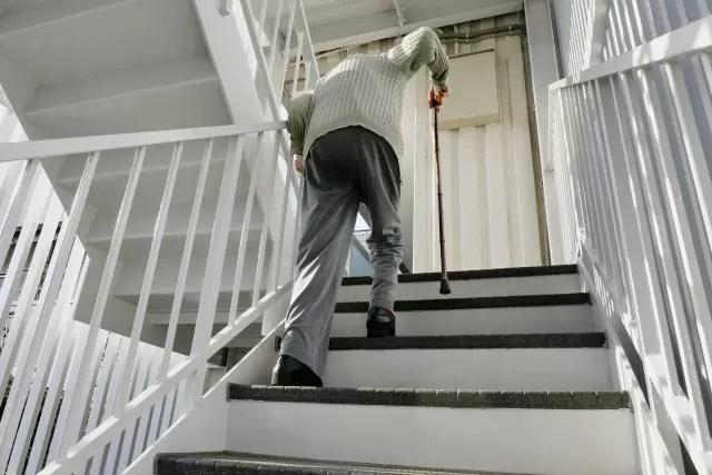 高齢者の重い水を持っての階段の登りは不可能に近い!