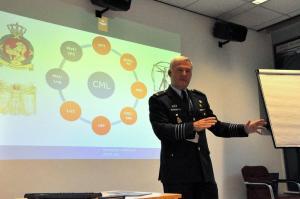 Briefing door commandant kolonel J.P.A. de Jong tijdens het bezoek aan het CML te Soesterberg.
