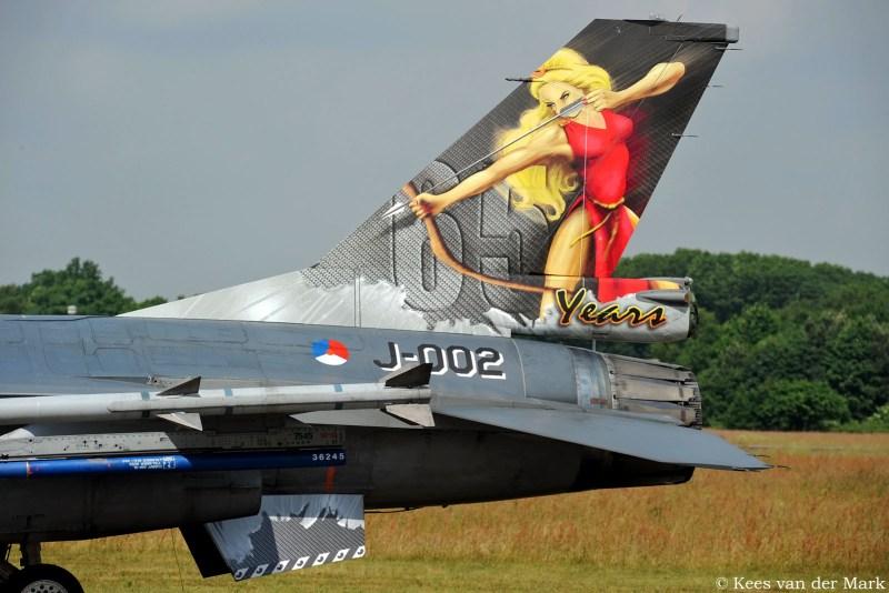 F-16 J-002 met jubileumstaart 65 jaar 323 Squadron