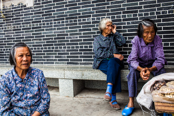 Old ladies near the Kaiping Diaolou