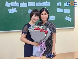 Bà Vũ Thị Thanh Hằng chụp ảnh lưu niệm cùng cô Vũ Hoàng Ngân - Trưởng khoa Kinh tế Quản lý Nguồn nhân lực
