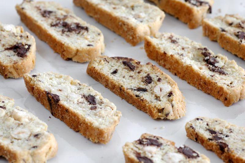 עוגיות ביסקוטי אגוזי לוז ושוקולד