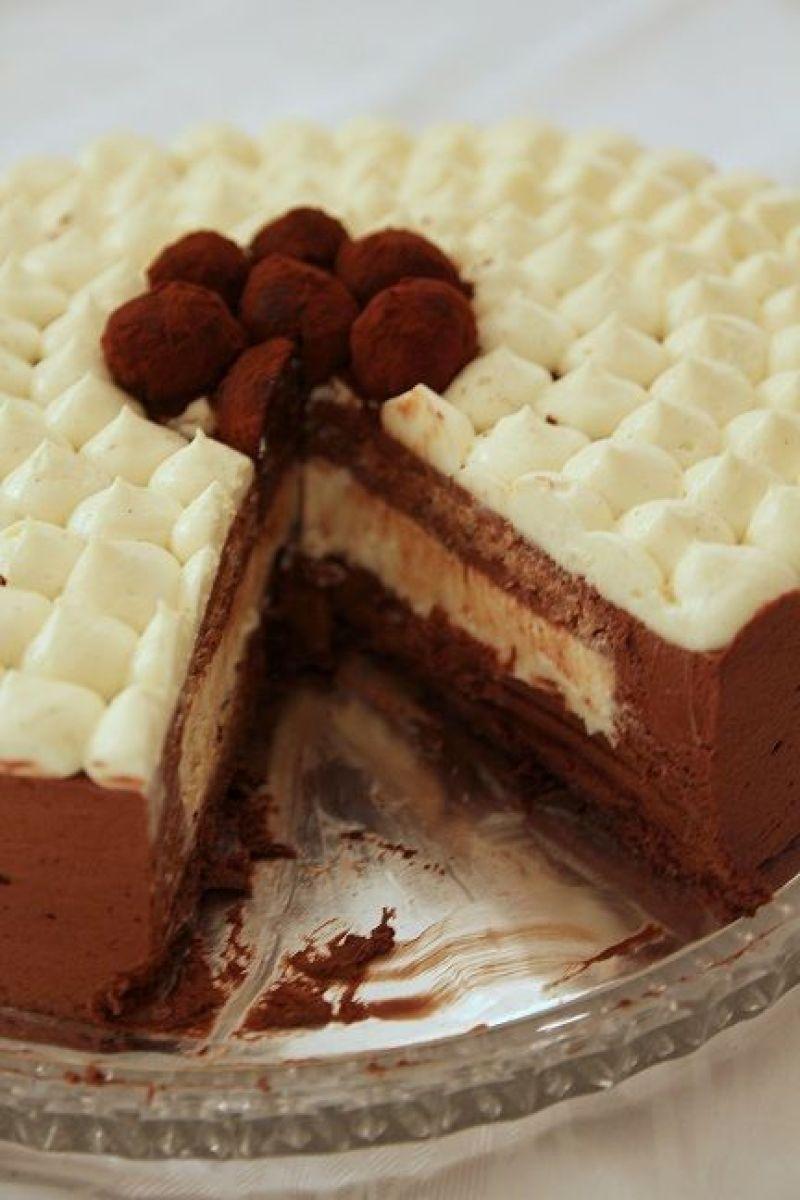 עוגת מוס שוקולד עם קרם פטיסייר ואגוזי לוז