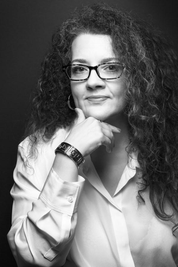 Headshot Susan Bennet Black and white