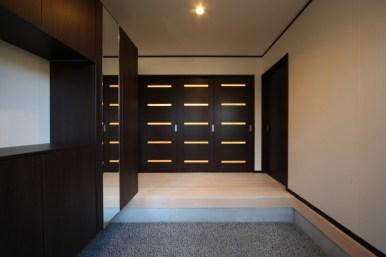 広々とした玄関 正面はLDKへの扉