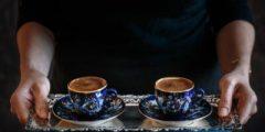 طريقة تقديم القهوة للضيوف : قواعد تقديم القهوة للضيوف : طريقة تقديم القهوة والحلى