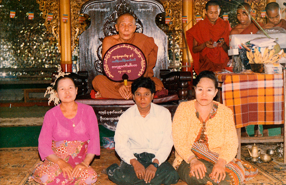 The old Oo Yin Sayadaw, Sayadaw U Kusala, with some devotees.
