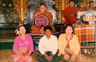 The old Oo Yin Sayadaw, Sayadaw U Kusala, with some devotees.