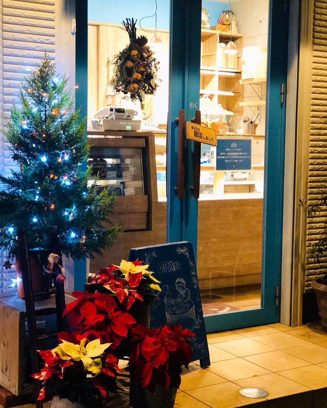 オパンの店頭もクリスマスムード一色となっています(2019.12.13)