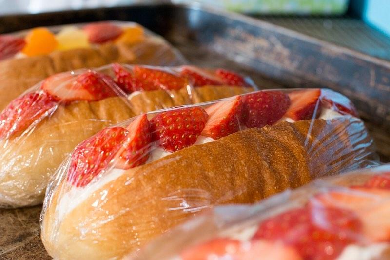 季節限定のフルーツサンド「イチゴとあんこのサンド」他コッペサンドをたくさんご用意しております(2020.02.22)