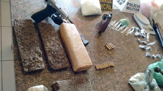 Foi apreendida uma grande quantidade de maconha e cocaína, alem de armas de fogo