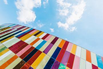 façade de bâtiment multicolore