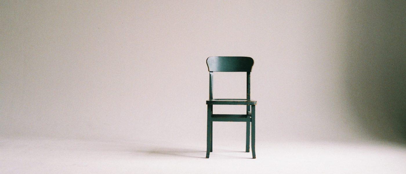 chaise dans une pièce blanche
