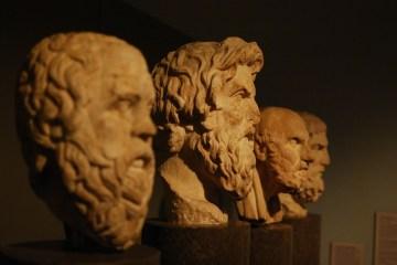 Sculptures antiques de visages en pierre