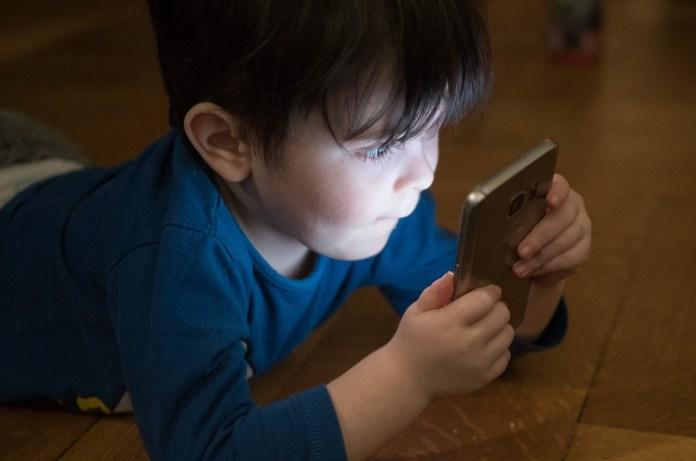 Criança na tela do celular