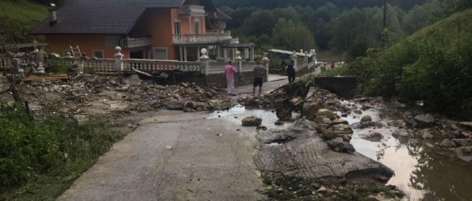 Jako nevrijeme pogodilo Bosansku Krupu: Voda prodrla u stambene objekte, čupala stabla, uništila usjeve, odnijela potporni zid dug 10 metara