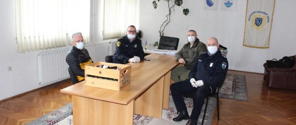 Radnicima Doma zdravlja, Policijske stanice i JKP načelnik Armin Halitović uručio pripravke za imunološki sistem
