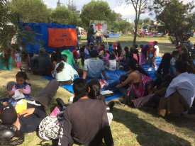 Niños y padres atentos /Children and their parents listen to the Good News