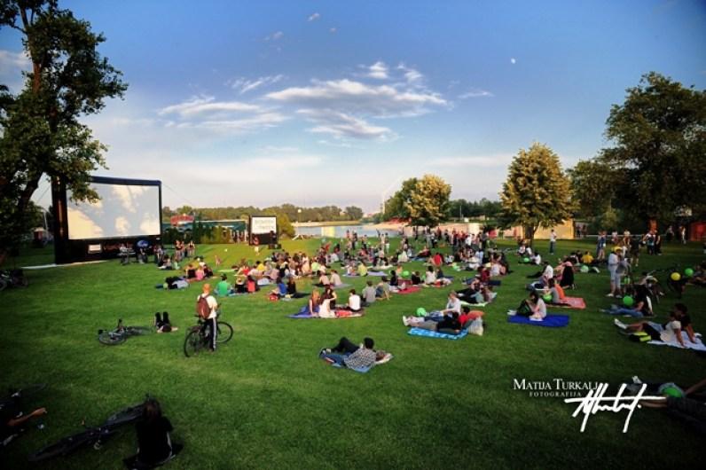Open-Air-Kino mit aufblasbarer Leinwand in Kroatien