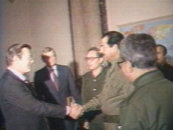 Министр обороны США Дональд Рамсфелд встречается с Саддамом Хусейном, 1983.