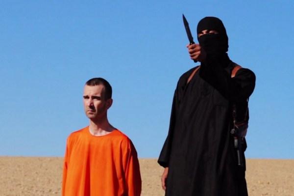 Боевик ИГИЛ казнит американского журналиста Джеймса Фоли.
